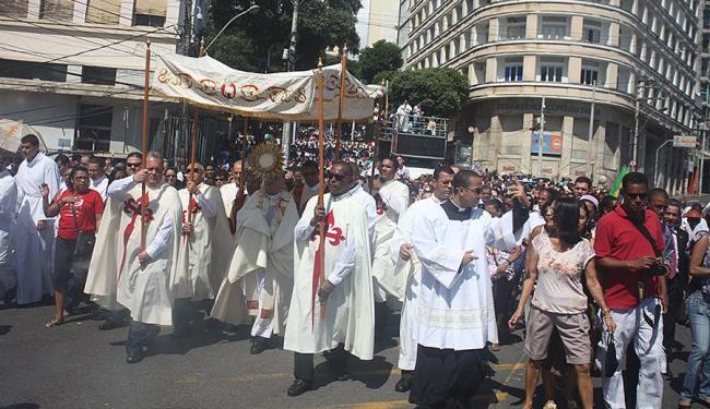 Católicos lotaram as ruas do Centro da cidade - Foto: Edilson Lima | Ag. A TARDE