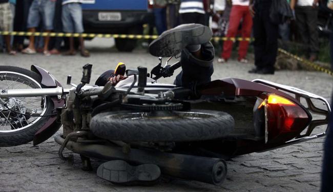 Corpo ficou sob a moto após os disparos - Foto: Luiz Tito | Ag. A TARDE