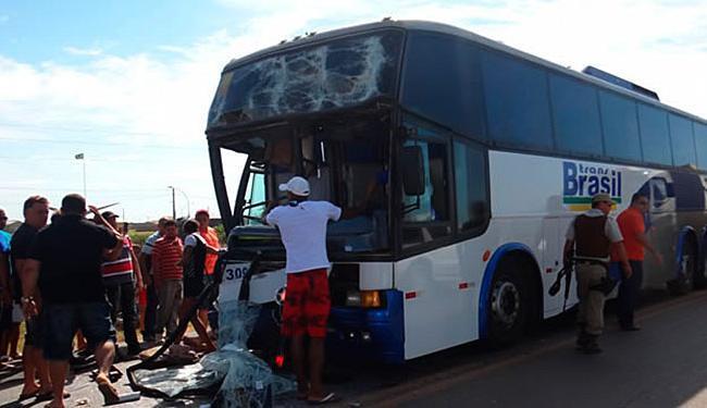 Ônibus bateu na traseira de uma carreta e deixa quatro feridos - Foto: Blog do SigiVilares