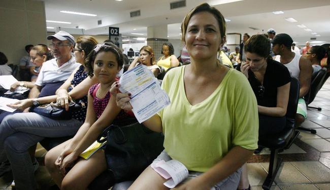 Na foto, Ana Maria Silva Almeida mostra a conta de energia - Foto: Raul Spinassé | Ag. A TARDE