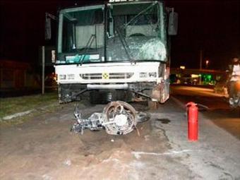 Motociclista se chocou frontalmente contra o ônibus - Foto: Ed Santos   Acorda Cidade