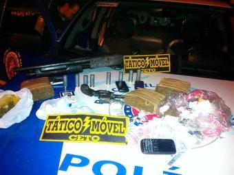 Drogas e armamento estavam em veículo roubado - Foto: Divulgação   PM