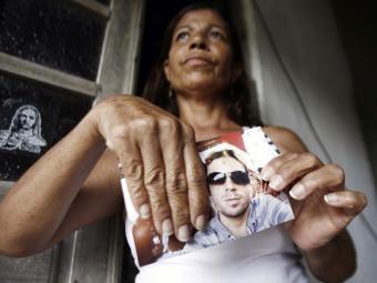 Mãe de Saimo, Tereza Gonçalves Lima, segura foto do filho - Foto: Luiz Tito | Ag. A TARDE
