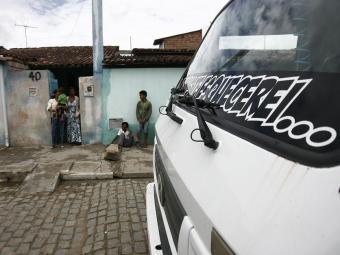 Na porta da casa da menina, parentes ficaram desolados - Foto: Luiz Tito | Ag. A TARDE