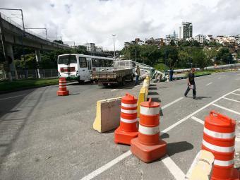 Veículos particulares continuam impedidos de usar a via - Foto: Raul Spinassé | Ag. A TARDE