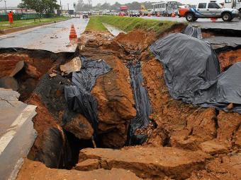 Cratera aberta na BR-324 complica trânsito - Foto: Lúcio Távora   Agência A TARDE