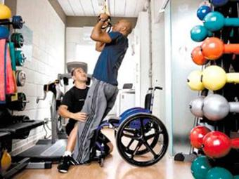 Exercícios fortalecem músculos dos braços e tronco e favorecem autonomia do cadeirante - Foto: Divulgação