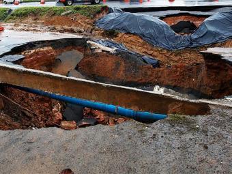 Adutora ficou exposta depois que buraco aumentou na BR-324 - Foto: Lúcio Távora / AG. A TARDE
