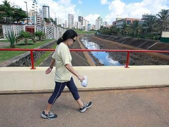 Caminhar pode prevenir inclusive doenças como o Alzheimer - Foto: Agência A TARDE   Arquivo