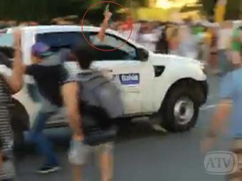 Atirador em carro oficial atira com pistola para o alto - Foto: Reprodução | A TARDE TV