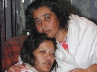 Luciana e Nilcéia pedem auxílio para voltar a Londrina - Foto: Cristina Santos Pita | Ag. A TARDE