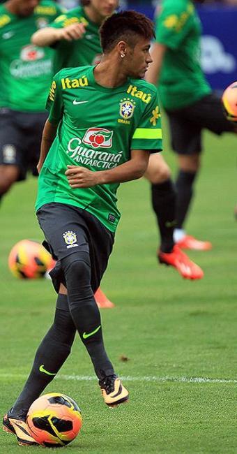 Neymar, que começou a carreira profissional em 2009, pisa pela primeira vez na grama do Maracanã - Foto: Antonio Lacerda l EFE