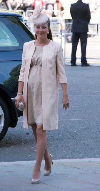 Kate também estava usando um chapéu Jane Taylor no valor de mil e duzentos dólares - Foto: Reprodução | Splash News