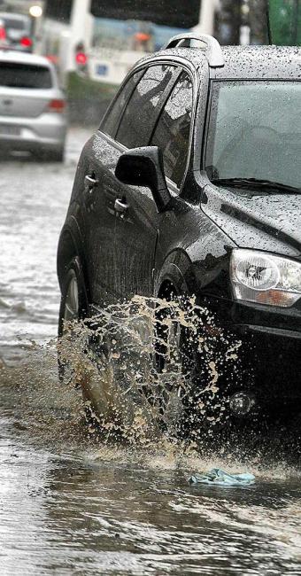 Motoristas encontram alagamentos na Calçada - Foto: Marco Aurélio Ribeiro | Ag. A TARDE