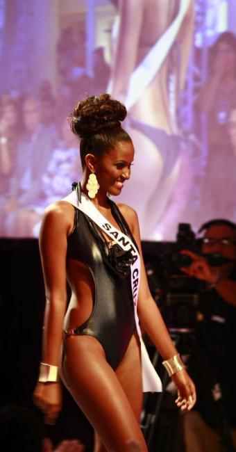 Priscila Cidreira, a estudante de psicologia que foi eleita Miss Bahia 2013, durante o desfile - Foto: Fernando Vivas| Ag. A TARDE