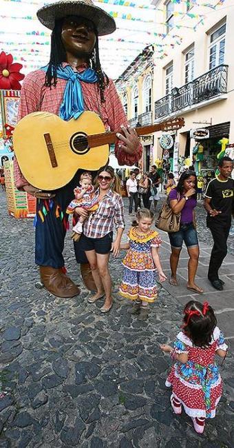 Crianças se divertem com bonecos da decoração junina - Foto: Fernando Amorim   Ag. A TARDE