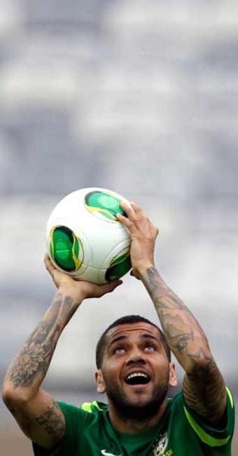 Lateral-direito brilhou na disputa da semifinal de 2009 - Foto: Ricardo Moraes | Ag. Reuters