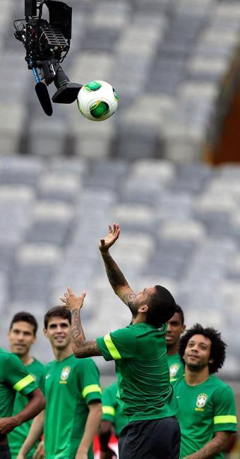 Daniel Alves arremessa a bola; Marcelo está à direita - Foto: Ricardo Moraes   Reuters