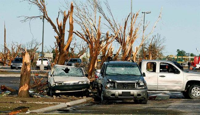 Carros e árvores danificados após a passagem de um novo tornado em El Reno, Oklahoma (EUA) - Foto: Bill Waugh l Reuters