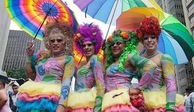 Plumas e fantasias alegraram a 17ª edição da Parada do Orgulho LGBT da capital paulista - Foto: Sebastião Moreira | Agência EFE