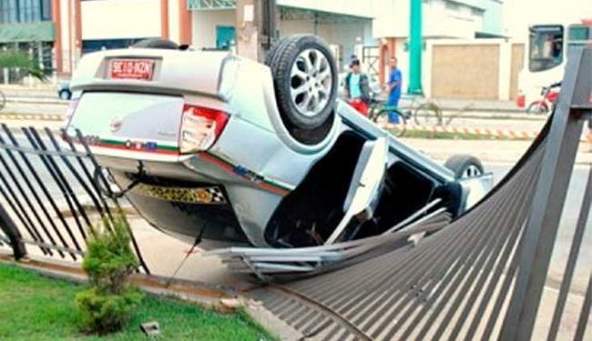 Taxista capotou o carro após ser baleado - Foto: Reprodução | Anderson Oliveira | Blog do Anderson