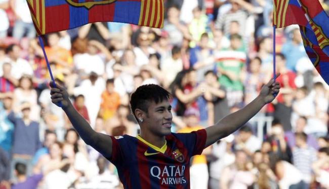 Neymar assinou um contrato de cinco anos com o Barcelona - Foto: Gustau Nacarino / Agência Reuters