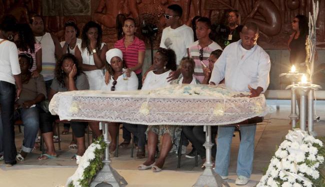 Familiares e amigos velam corpo de Omolú; ao fundo, a mãe de Augusto (vestido verde) - Foto: Eduardo Martins | Ag. A TARDE