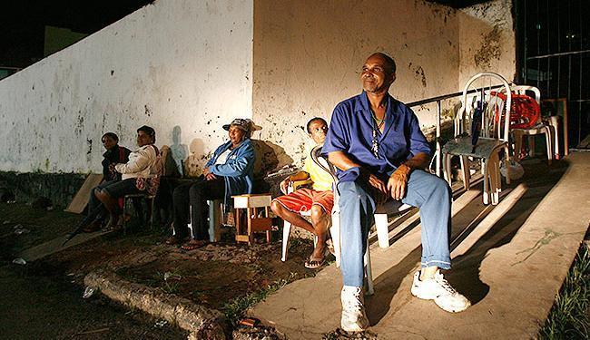 Pacientes madrugaram em frente ao posto de saúde municipal das Sete Portas para obter atendimento - Foto: Raul Spinassé | Ag. A TARDE