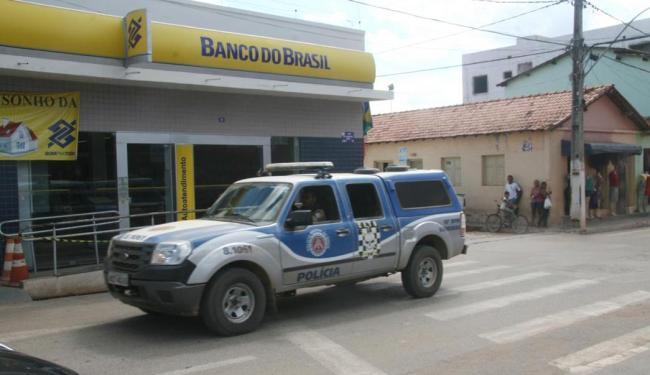 Antes do assalto, os bandidos dispararam tiros contra uma viatura da polícia - Foto: Miriam Hermes   Ag. A TARDE