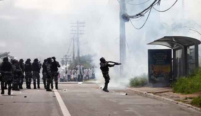 Grupamento da Polícia de Choque e da Polícia Militar estiveram no local para barrar os estudantes - Foto: Marco Aurélio Martins | Ag. A TARDE