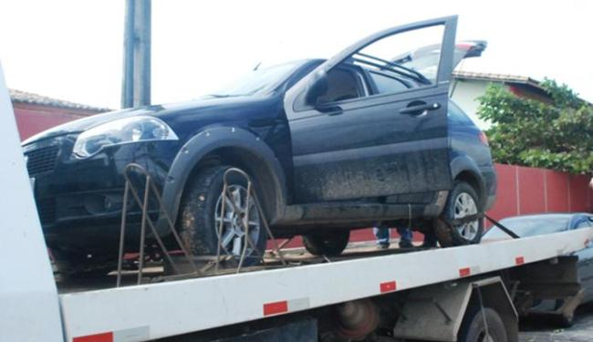 O turista e seus familiares, que estavam no carro, tiveram que deitar na via - Foto: Reprodução | Site O Baianão