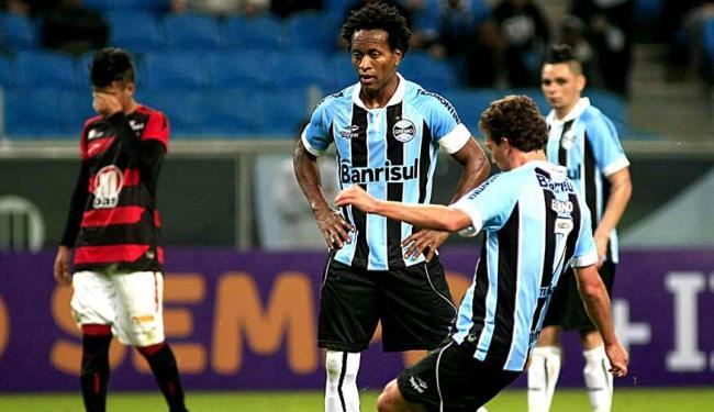 Depois de ter sido sufocado pelo Grêmio no primeiro tempo, Vitória leva gol de falta na etapa final - Foto: Carlos Eduardo de Castro | Ag. Estado