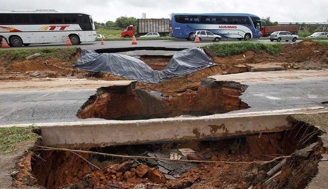 Cratera congestiona trânsito na rodovia, sentido Feira de Santana - Foto: Lúcio Távora | Ag. A TARDE