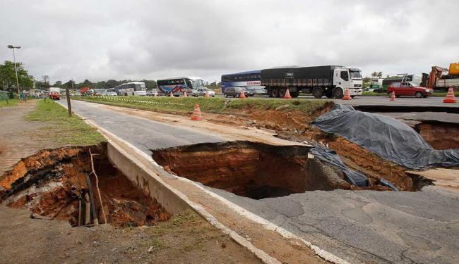 Crateras impedem passagem de veículos no acesso a Porto Seco Pirajá - Foto: Lúcio Távora   Ag. A TARDE