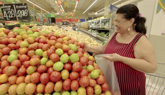 Maria de Lourdes Lima confere o preço do tomate no supermercado - Foto: Eduardo Martins | Ag. A TARDE