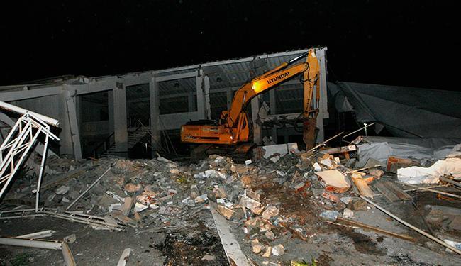 Derrubada do imóvel é realizada pela Sucom na noite desta sexta-feira - Foto: Margarida Neide   Ag. A TARDE