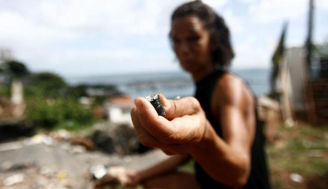 Rita, usuária na região próxima a ladeira da montanha, delira e não fala de maneira clara - Foto: Raul Spinassé | Ag. A TARDE