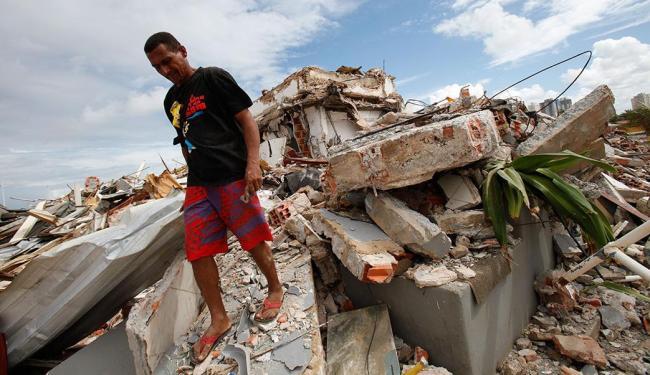 Escombros da demolição feita pela Sucom na Boca do Rio - Foto: Marco Aurélio Martins   Ag. A TARDE