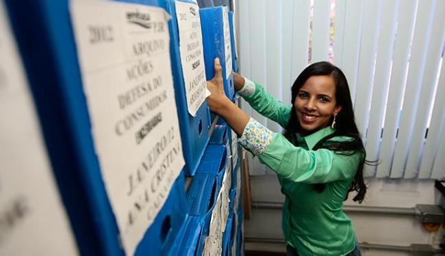 Renata trabalha como agente administrativo, dá aula e dedica o tempo livre para estudar para concurs - Foto: Mila Cordeiro | Ag. A TARDE