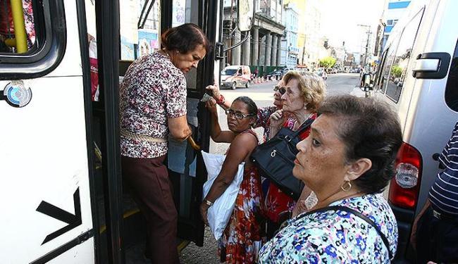 Usuários do sistema de transporte coletivo de Salvador reclamam da ineficiência no serviço - Foto: Fernando Amorim | Ag. A TARDE