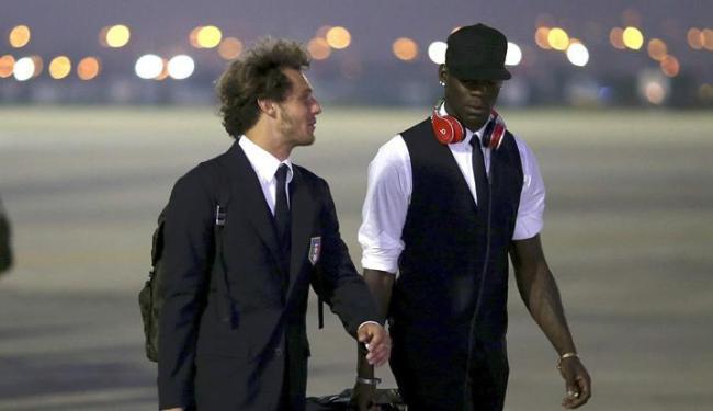 Balotelli (à direita) é um dos destaque do elenco italiano que chega para a Copa das Confederações - Foto: Antonio Lacerda / Agência EFE