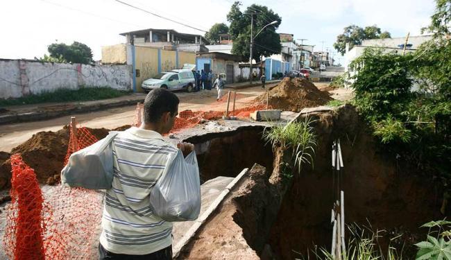 Deslizamento de terra afetou adutora da Embasa - Foto: Raul Spinassé | Ag. A TARDE