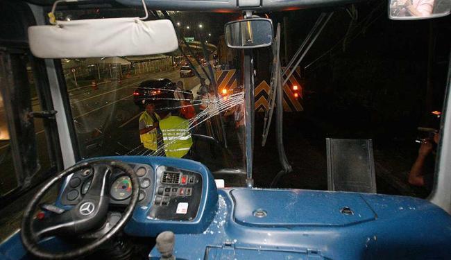 Passageiro teve de ser retirado pelo vidro frontal do veículo - Foto: Margarida Neide | Ag. A TARDE