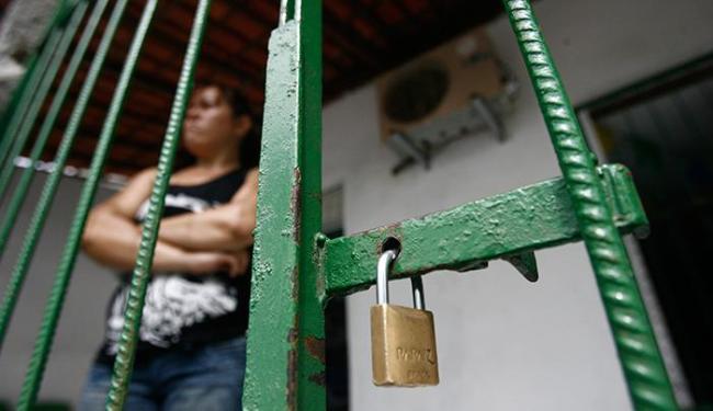 O ladrão levou cerca de R$ 1.800, cheques, cartões de crédito e dois celulares - Foto: Raul Spinassé | Ag. A TARDE