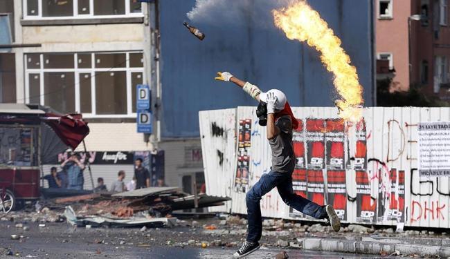 Manifestantes usaram pedras, fogos e bombas caseiras - Foto: Agência Reuters