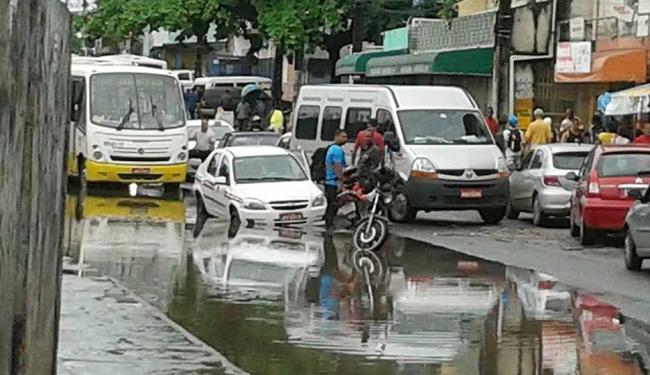 Água encobre pista e veículos não conseguem desviar do buraco - Foto: Jouse Cruz | Foto do leitor