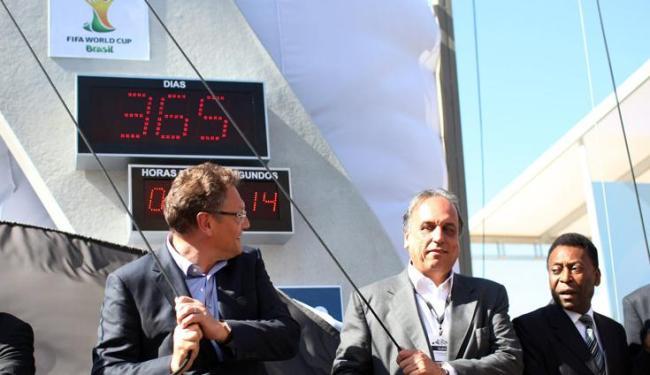 Para o secretário-geral Jérôme Valcke (1º à esquerda), Fifa está satisfeita com o que foi feito - Foto: Antonio Lacerda / Agência EFE