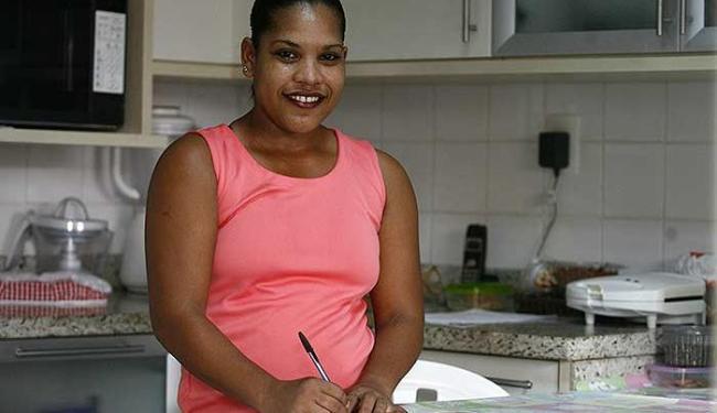 Sandra Santos registra jornada manualmente, no livro de ponto - Foto: Raul Spinassé | Ag. A TARDE