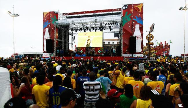 Na última copa, em 2010, torcedores acompanharam jogos em telão no Farol da Barra - Foto: Fernando Amorim/ Ag. A Tarde