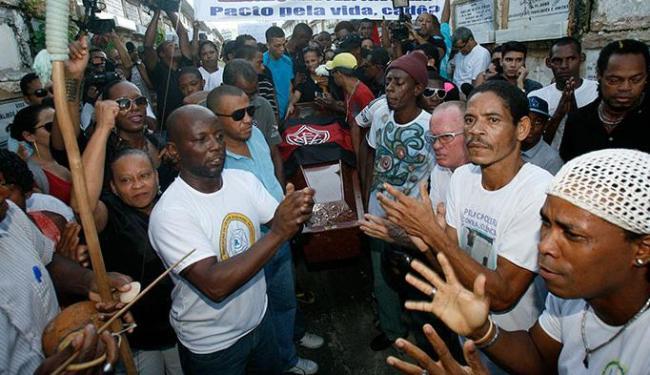 Familiares e amigos prestaram as últimas homenagens com cânticos de capoeira - Foto: Margarida Neide | Ag. A TARDE